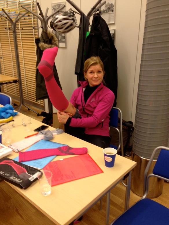 Kassör Linda passade på att testa snygga rosa kompressionsstrumpor från 2XU