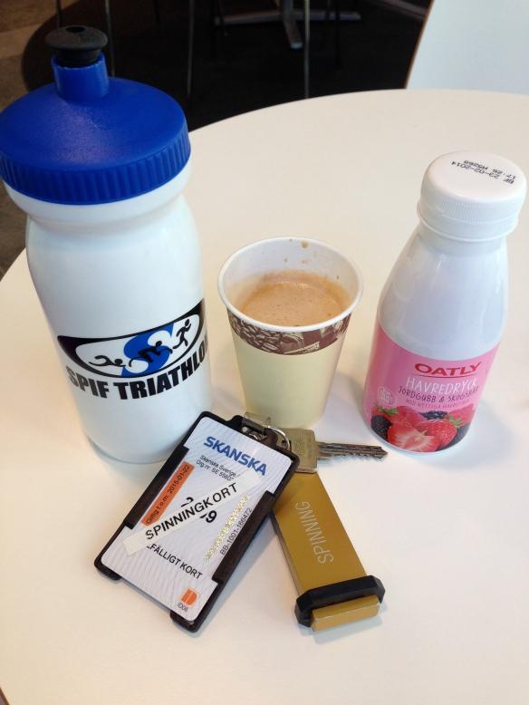 Allt man behöver innan ett spinningpass: Vatten, Kaffe och havredryck. Mums!!
