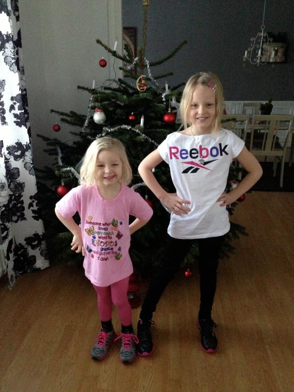 Välkomstkommitéen väntar på mig i Östersund idag. Syns det vad dom fick av faster Bea i julklapp förra året……träningskläder så klart :)