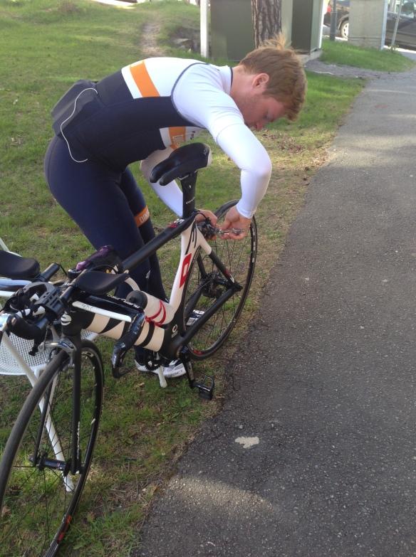 Emil fick skruva lite på cykeln.