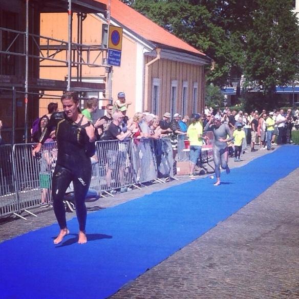 Damerna: Annie Thorén i knapp ledning före Mikaela Persson efter simningen