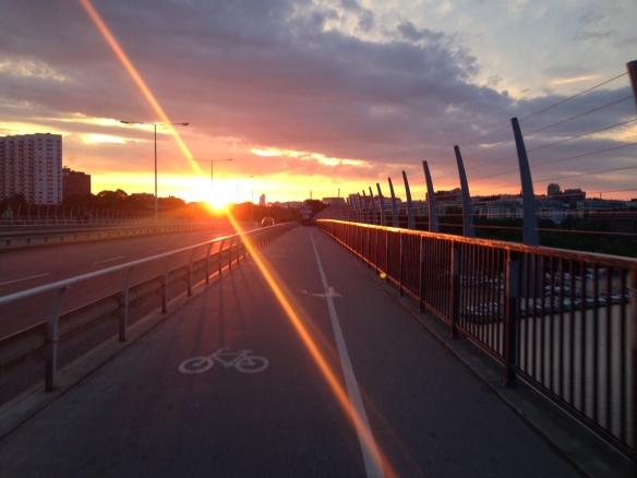 Västerbron - fantastisk fon att bestiga utan växlar på cykeln. Men kvällssolen gjorde att det kändes lättare att cykla över bron.