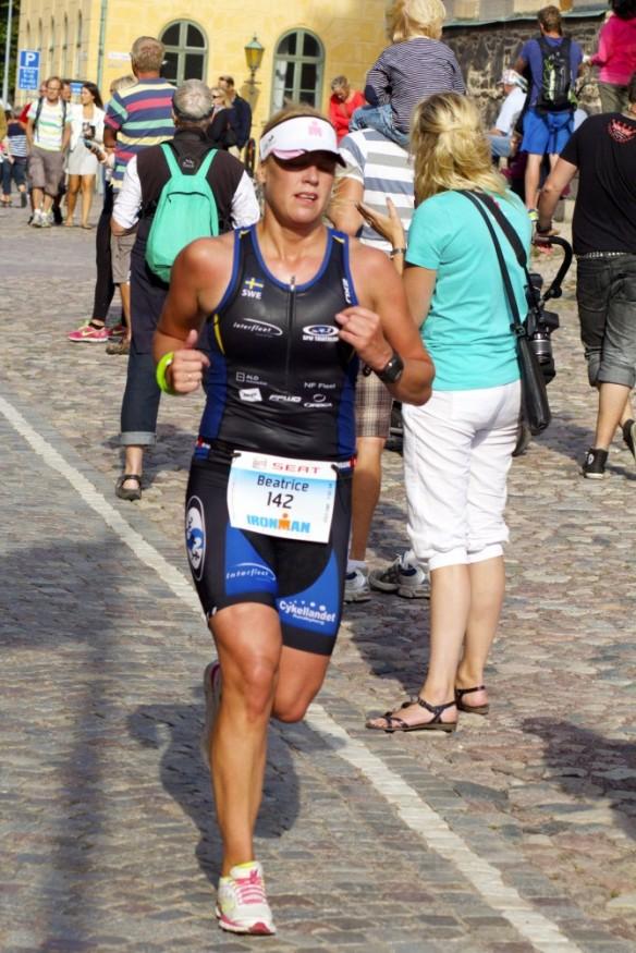 Trött, ont, kramp, magsmärtor - men värt varenda meter smärta för att  ta sig i mål! Här Ironman Kalmar 2013 som var en katastrof. Kraschad mage och sprang på toa varannan kilometer 3 av 4 mil på maran.