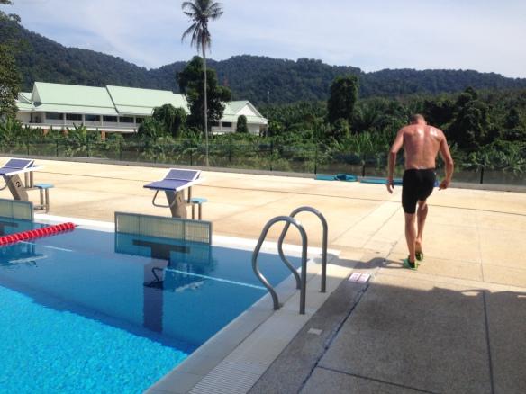 Först i vattnet efter den inledande löpningen på 1500m var Danmarks Rasmus Henning. Nu väntade 400m sim.