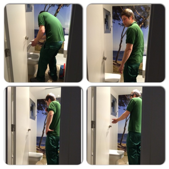 Mr. Handyman på besök på rummet för att leta efter spolningsknappen. Hmmmm Nej den finns inte ;)