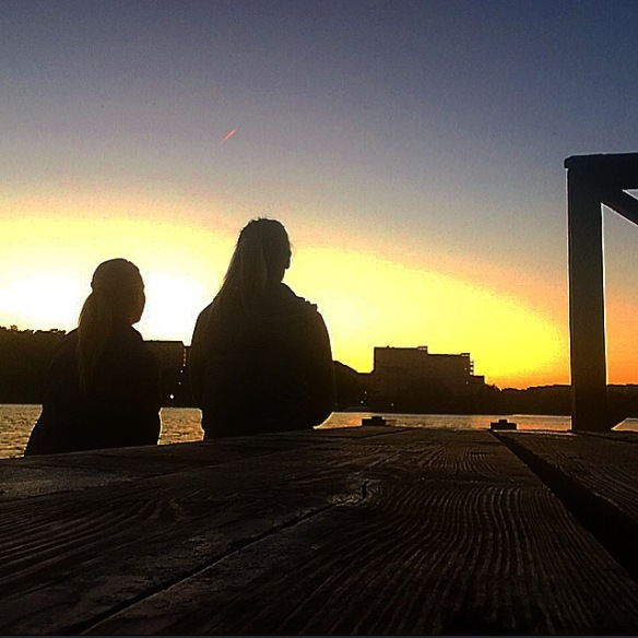 Maria och jag gillar att chilla till solnedgången och diskutera om livet!