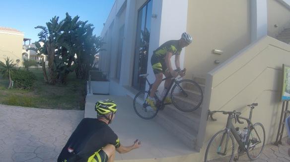 Tobbe hoppar på cykeln uppför trapporna!
